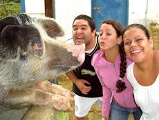 Los tres cochinitos son visitados por los Alumnos de Turismo