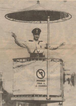"""Policia Federal dirigiendo el tránsito subido a """"la garita"""" - año 1958"""