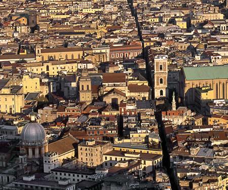 Улица Spaccanapoli в Неаполе