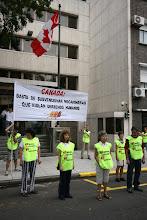 En Las puertas de embajada de Canadá