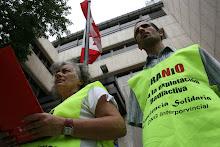 A las puertas de la Emabajada de Canadá