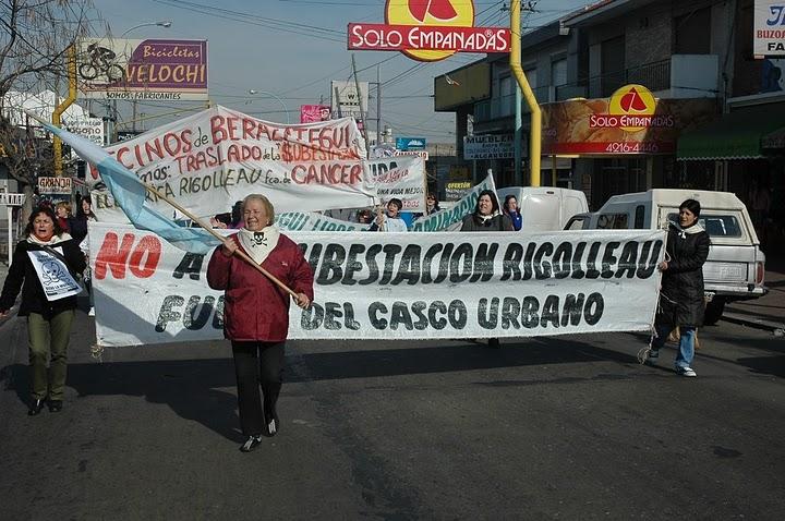 http://1.bp.blogspot.com/_GbqFQeWtjcc/TCfU0ZYml2I/AAAAAAAAAOU/ocKzXFosFaA/s1600/22-08-2006+marcha++al+municipio+04.jpg