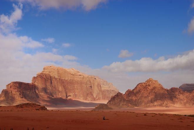 Vas por el desierto y te encuentras a alguien en medio de la nada rezando hacia la Meca