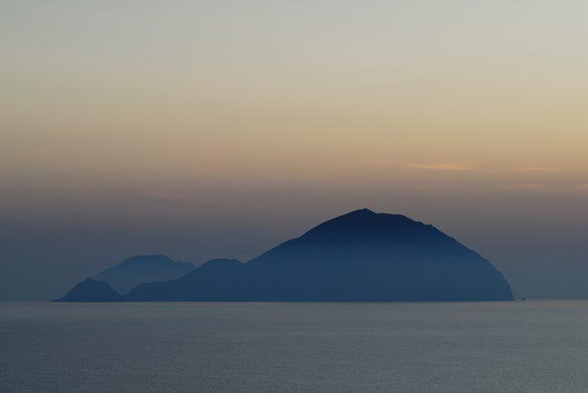 Dos de las islas Eolias desde la habitación: Filicudi y Alicudi