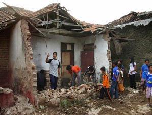 rumah hancur akibat gempa