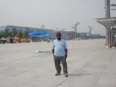Mkurugenzi akiwa nje ya uwanja wa olimpiki Beijing hivi karibuni