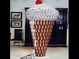 Helado con latas de comida