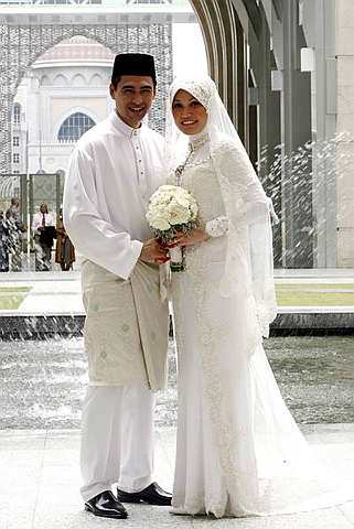 http://1.bp.blogspot.com/_Gfrqer9-4gQ/TLGGMUAkWmI/AAAAAAAAEpc/Hp4mA_vuutM/s1600/Gambar+Kahwin+Datuk+Dr+Sheikh+Muszaphar+Shukor+dan+Dr+Halina+Mohd+Yunos_01.jpg