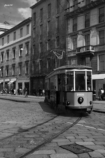 ... foto in bianco e nero e il tram antico, senza la presenza di