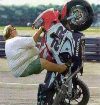 Accidente de moto haciendo el caballito