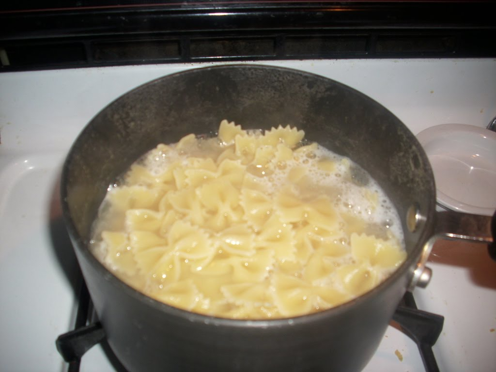Use 1.5 quarts (6 cups) of water in the pot for every pound of pasta you cook - Image courtesy of http://1.bp.blogspot.com/_GrR4PbrtEPQ/TMnAJAptboI/AAAAAAAAB_0/mL39TKOt0g8/s1600/DSCI0029.JPG