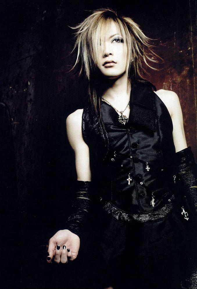 http://1.bp.blogspot.com/_Gs8JDq0VBnM/TU2EWC5dW5I/AAAAAAAAAVY/YxDmvnSUt_A/s1600/the-GazettE--Uruha-the-gazette-69731_678_996.jpg