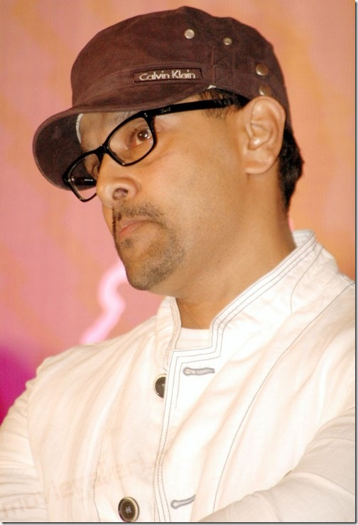 Hot GlitZ: Vikram's New Cool Look – Seems Like a Geek Vijay Stills In Pagalavan