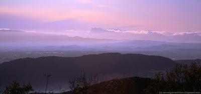 La Drôme, vue depuis l'Ardèche. Au loin, la silouhette des Trois Becs, points culminant du massif de la forêt de Saou.