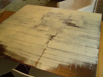 Un cuadro con palés o tablones de madera