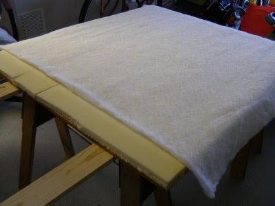 Como hacer un cabecero para la cama con tela y un tablon de madera