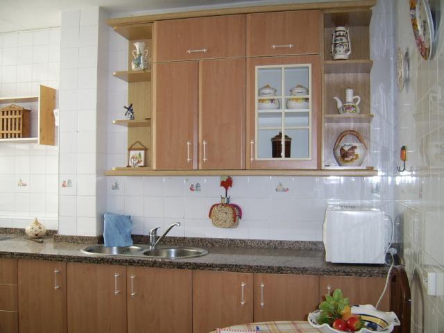 Cambiar el aspecto de la cocina pintando las puertas los - Cambiar puertas de cocina ...
