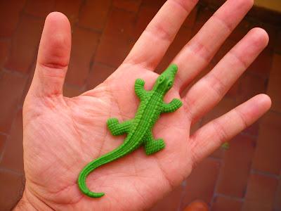 juguete, lagarto japonés que crece en el agua