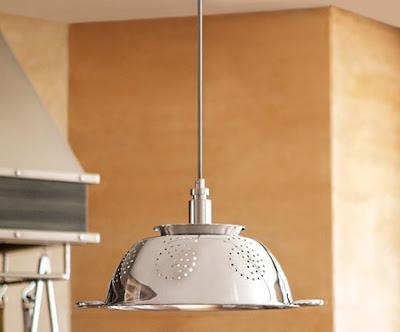 lámpara de techo hecha con una espumadera