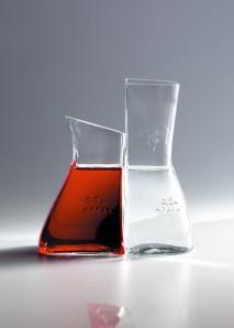 javier mariscal, botella de vino y de agua
