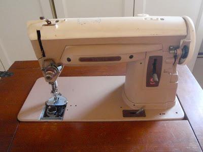 Antes y después de una mesa de una máquina de coser