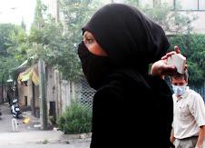 ragazza che protesta in Teheran