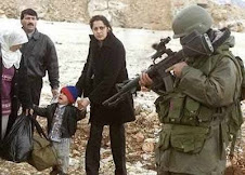 famigliola palestinese sotto tiro
