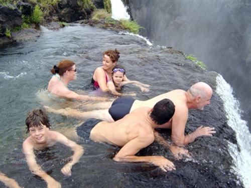 Selama bulan September dan Desember, masyarakat dapat berenang di