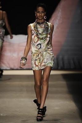 210e293f4e4e7 Tem novidade na cidade para quem adora roupas e acessórios inspirados na  herança africana. A estilista Saraí Santos, especializada no design afro,  ...