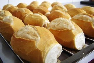 Mãe, o saco de pão está sobre a mesa!