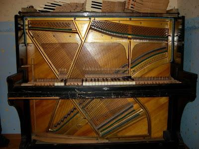 пианино Красный Октябрь, разобранное для обслуживания