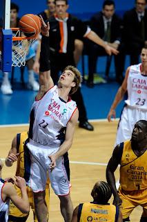 ACB PHOTO - Splitter demuestra la superioridad interior del Baskonia durante todo el partido