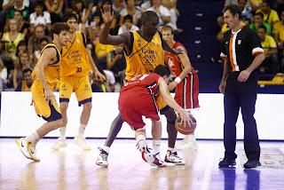 La defensa del Gran Canaria ahogó al CAI Zaragoza como Savané hace con el base maño - ACB PHOTO