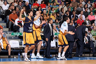 Imagen de un instante de celebración en el banquillo del Gran Canaria. ACB PHOTO