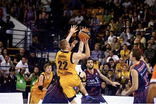 Jaycee Carroll lanza a una mano el tiro decisivo ante la defensa de Huertas. Foto tomada de la web oficial del Gran Canaria