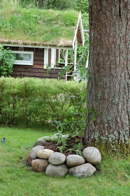 Kristins hus: hage og uterom i juli