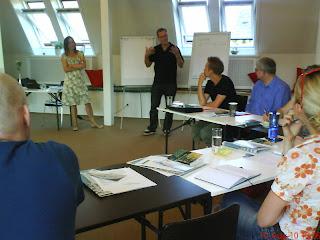 Pia Jønsson venter på, at Lars Billeschou får fortalt om  LaOficina, inden hun underviser