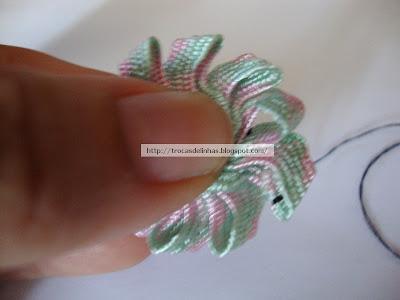 сжимаем цветок из тесьмы пальцами чтобы сделать плоским
