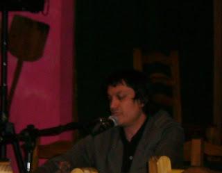 Federico conversando con la prensa