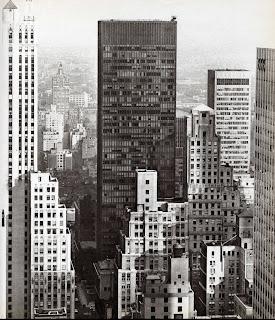 de la poca que hizo que durante los aos gran parte de los edificios construidos en nueva york incluyeran un espacio abierto al estilo del seagram
