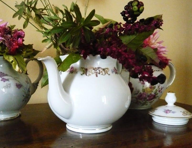 Decorazione floreale con vecchie teiere blossom zine blog for Decorazione floreale