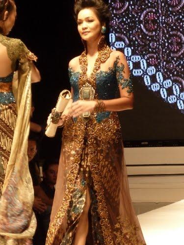 jelas salah satu karya dari maestro kebaya Indonesia Anne Avantie