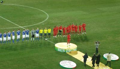 A apresentação das equipas à tribuna e Ronaldo no palamque para receber a homenagem alusiva ao prémio Melhor Jogador FIFA 2008