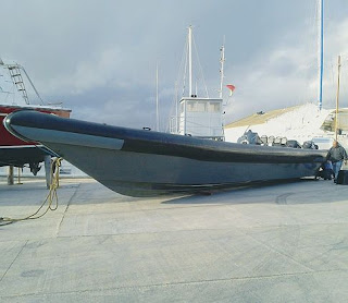 A lancha utilizada foi encontrada junto à barrinha e trata-se de um autêntico TGV marítimo, com três motores de 250 cavalos...