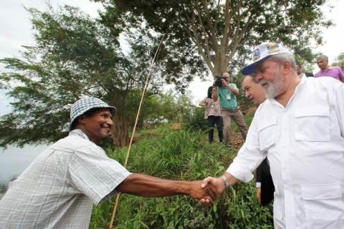 Lula em Pirapora-MG (14/10/09): Pescador cumprimenta o Presidente, às margens do rio São Francisco