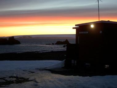 Amanecer en la Base Antártica Uruguaya