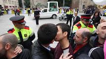 GAYS Y CATOLICOS SE INSULTAN AL PASO DEL PAPAMOVIL....