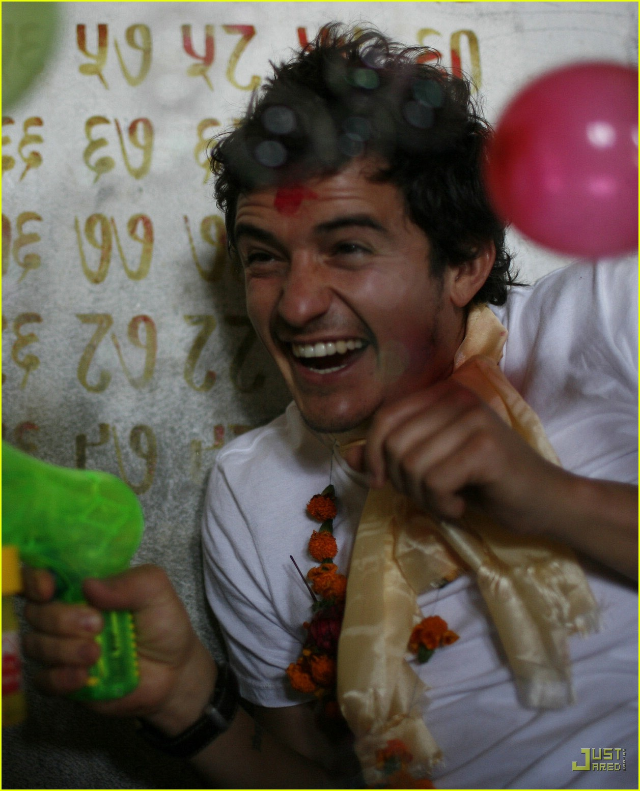 http://1.bp.blogspot.com/_HNrxJUJz8TQ/TS9JNW3y7RI/AAAAAAAABi8/d8klveA0kHU/s1600/orlando-bloom-nepal-03.jpg