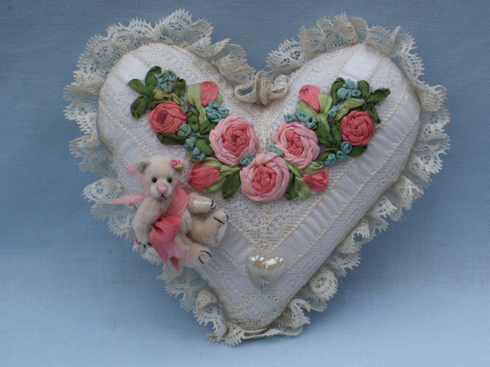 Вышивка лентами сердечко из цветов 3