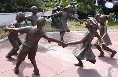 *v FOR vENDETTA* - Page 2 Michael+jackson+neverland+children+statues